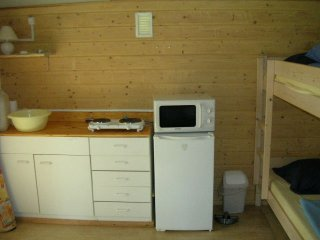 Keukenhoek blokhut met 2-pits elektrisch kooktoestel, magnetron en koelkast